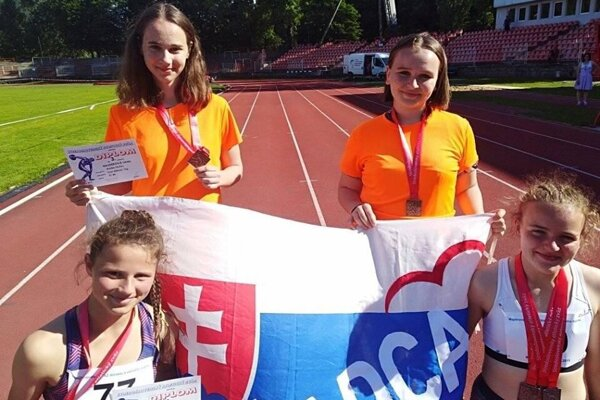 Hore zľava: Linda Najdeková a Paulína Čanecká, dole zľava: Nicol Janošíková a Ema Lukašíková.