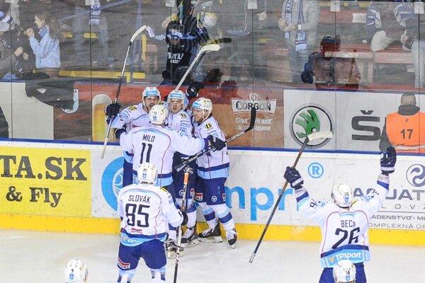 Nitrania vyhrali oba domáce zápasy. Séria bude pokračovať v utorok a stredu v Žiline.