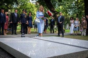 Zuzana Čaputová kladie kyticu na hrob bývalého prezidenta Michala Kováča.