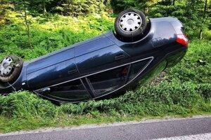 Pri Korytnici skončilo auto na streche.