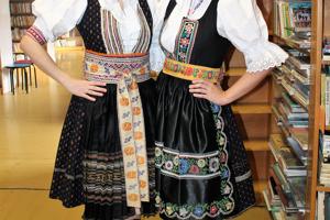 Ľ. Krajčíková (vľavo) a M. Masariková počas Dňa ľudovej rozprávky vo VKMR