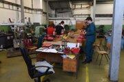 Študenti v dielni na Strednej odbornej škole elektrotechnickej v Trnave.