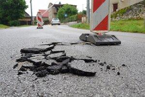 Silný dážď poškodil  asfalt na Galovej ulici v Spišskom Podhradí.