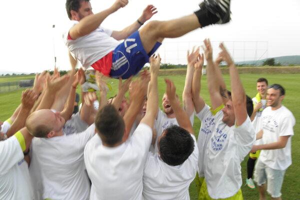 Hornostredskí futbalisti si užili oslavy víťazstva v súťaži.