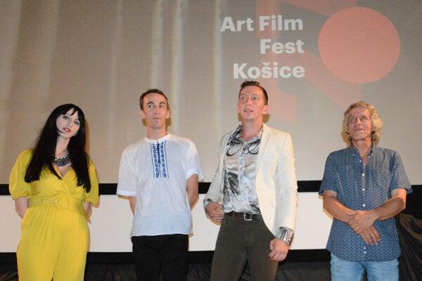Za východniarskym filmom stojí trojica súrodencov spolu s otcom Víťom Staviarskym.