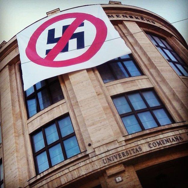 Antifašistický transparent na budove Univerzity Komenského.