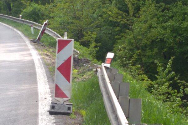 Poškodená cesta za Novákmi.