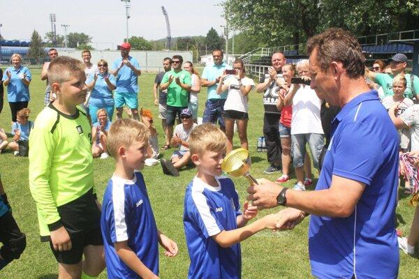 Víťaznú trofej získali chlapci z TJ Slovan Čeľadice.