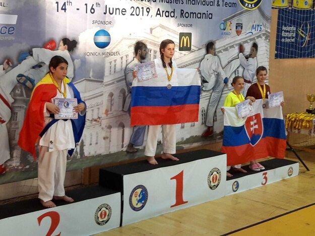 Stella Bytčanek (tretia zľava) na stupni víťazov.