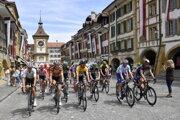 Peter Sagan sa v žltom drese lídra pretekov Okolo Švajčiarska rozbieha do štvrtej etapy z Murten do Arlesheimu.