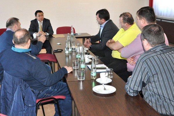 Čínsky ekonomicko-obchodný radca Wang Jin Song (vľavo) pri rozhovore so oravskými zástupcami poľnohospodárstva.