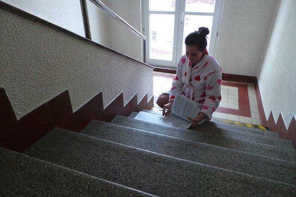 Mária si vyberala hlasovací lístok a krúžkovala kandidátov na nemocničných schodoch.
