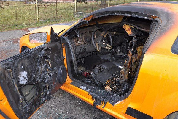 Zničený interiér Mustangu GT.