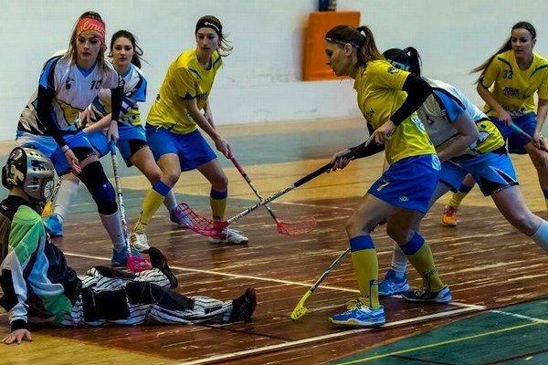 Tvrdošínčanky (v žltých dresoch) budú mať v piatom zápase výhodu domáceho prostredia.