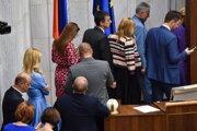 Poslanci počas tajnej voľby kandidátov Ústavného súdu.