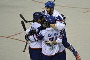 Radosť hráčov Slovenska z gólu na 2:1 v zápase MS v hokejbale mužov 2019 Slovensko - Taliansko.