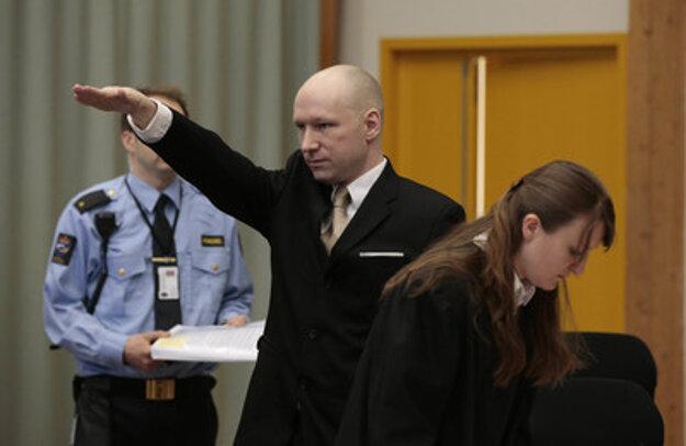 Anders Breivik víta súd nacistickým pozdravom.