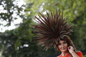 """Návštevníčka Royal Ascot pózuje s klobúkom počas tretieho dňa, ktorý je """"Dňom dám""""."""