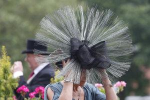 Návštevníčka pózuje počas druhého dňa kráľovských konských dostihov v Ascote.
