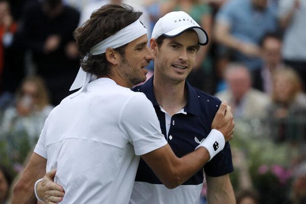 Andy Murray a Feliciano Lopez vyradili v Queens Clube najvyššie nasadenú dvojicu.