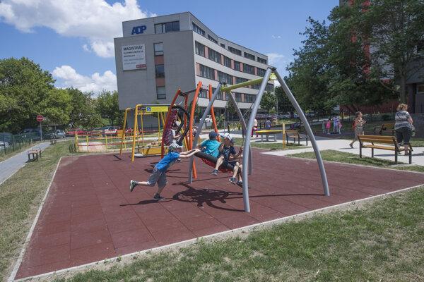 Na Blagoevovej ulici v Petržalke otvorili prvé bezbariérové inkluzívne detské ihrisko.