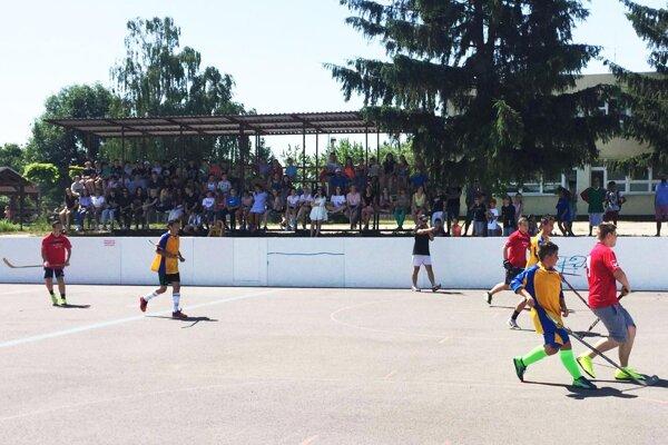 Vo Vrábľoch sa hral hokejbalový turnaj žiakov.