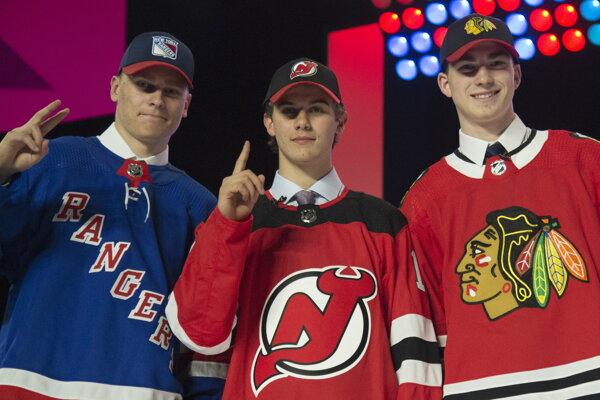 Zľava Kaapo Kakko, Jack Hughes, a Kirby Dach po prvom kole draftu NHL.