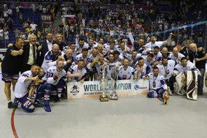 Na snímke slovenskí hokejbalisti sa tešia po zisku zlatej medaily na majstrovstvách sveta v hokejbale mužov v Košiciach v sobotu 22. júna 2019.