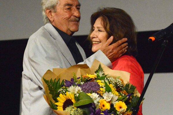 Štefan Kvietik si prebral cenu z rúk dlhoročnej filmovej partnerky Emílie Vášáryovej.