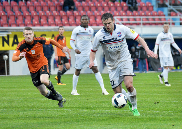 S loptou na nohe Fabián Slančík, v oranžovom vľavo Martin Nagy z Ružomberka.