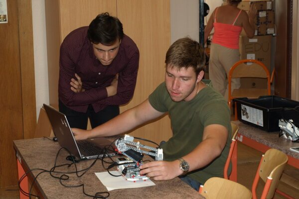 Pomocou počítača naprogramujú rameno zlega.