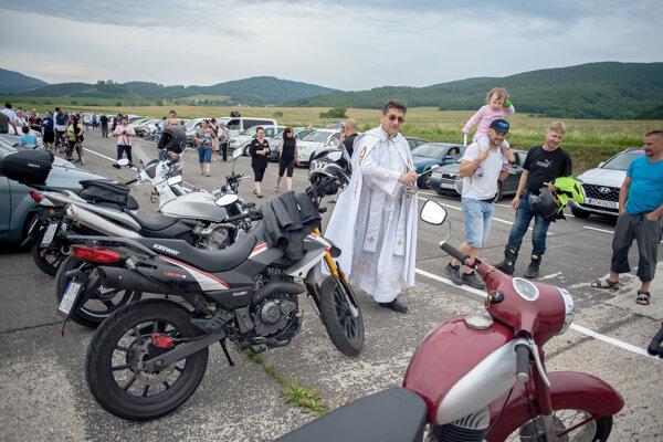 Dobronivský farár Marián Mlynárik požehnáva vozidlá rôzneho druhu.