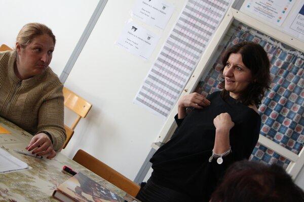 Prvé stretnutie prebehlo 14. marca v rómskej komunite na Orechovom dvore v Nitre. Etnografka a autorka projektu Zuzana Kumanová (vpravo) pripravuje ďalších päť workshopov.