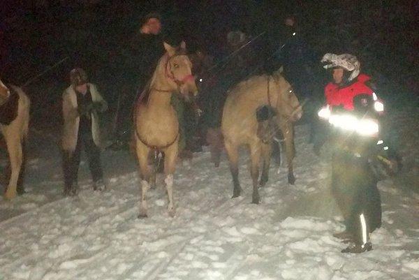 Záchrannú akciu sťažovala tma, hlboký sneh, vietor a mráz.