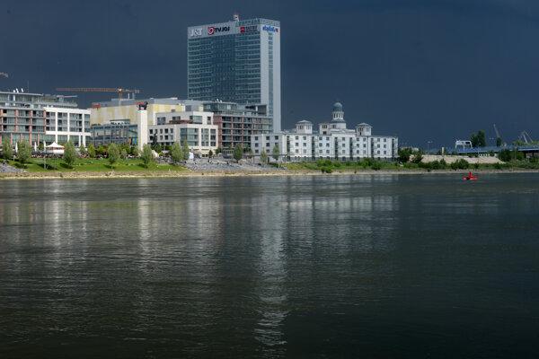 Pohľad na na nábrežie Dunaja v okolí Pribinovej ulice v Bratislave z Tyršovho nábrežia. Na snímke sprava historická budova niekdajšieho prístavného skladu č. 7, výšková budova Tower 115 a časť komplexu Eurovea.