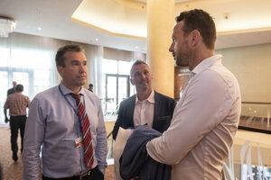 Na snímke bývalí hokejoví reprezentantí, zľava Žigmund Pálffy, Ľubomír Višňovský a šéf Pro-Hokeja Richard Lintner.