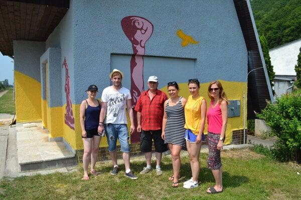 Jana Škutková (zľava), Tomáš Ratyč, Ivan Gazii, Lívia Stašková, Zuzana Čorná a Michaela Hašuľová menia budovu zastávky na umelecké dielo.