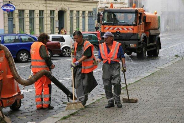 Mesto začalo s čistením ulíc a chodníkov.