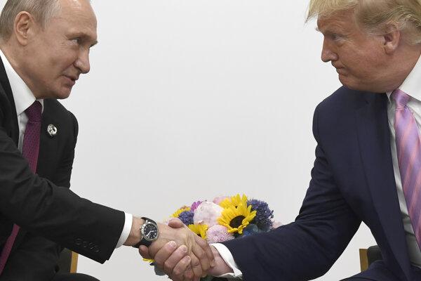 Vladimir Putin a Donald Trump počas stretnutia v Osake.