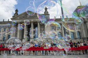 Klimatickí aktivisti obkľúčili Bundestag.