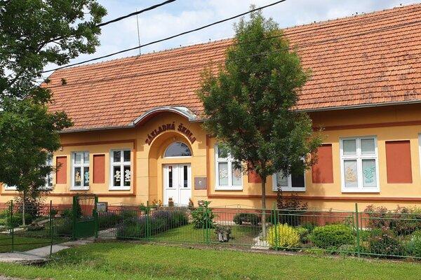 Budova základnej školy v Buzitke.