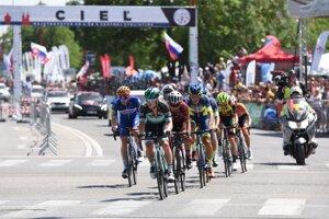 Slovenský cyklista Juraj Sagan (v popredí) počas pretekov hlavnej súťaže kategórie Elite na Majstrovstvách SR a ČR v cestnej cyklistike v Trnave v nedeľu 30. júna 2019.