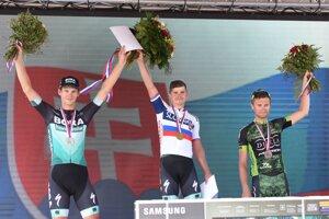 Na snímke zľava slovenskí cyklisti Erik Baška (2. miesto), majster SR Juraj Sagan (víťaz) a Patrik Tybor (3. miesto) pózujú na stupni víťazov po skončení hlavnej súťaže kategórie Elite na Majstrovstvách SR a ČR v cestnej cyklistike v Trnave v nedeľu 30. júna 2019.