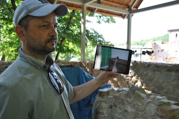 Návštevníci si môžu cez tablet pozrieť zákutia mníšskeho domu.