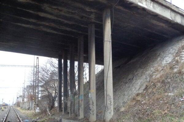 Most nad železnicou je vhavarijnom stave.