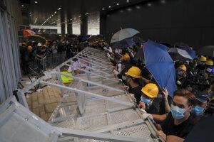 Demonštranti sa snažia násilne dostať do budovy.