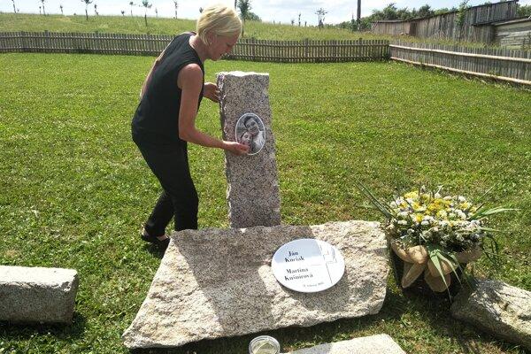 Zlatica Kušnírova pri pamätníku v bioparku pri Rajci.
