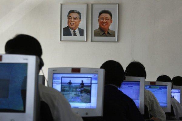 Severokórejskí študenti za počítačmi na univerzite v Pchjongjangu.