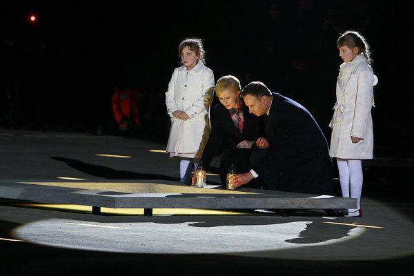 Poľský prezident Andrzej Duda s manželkou počas otváracieho ceremoniálu.