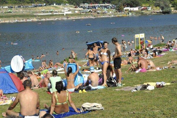 Akákoľvek vodná plocha v lete láka ľudí na schladenie sa.